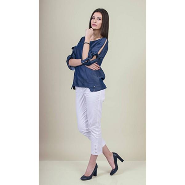 Тъмно синя блуза от деним и бял панталон