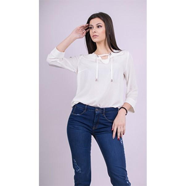 Бяла блуза и панталон от деним