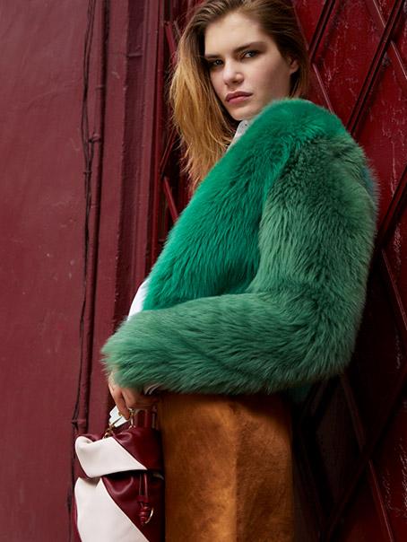 Как да съчетаете късото палто с косъм?