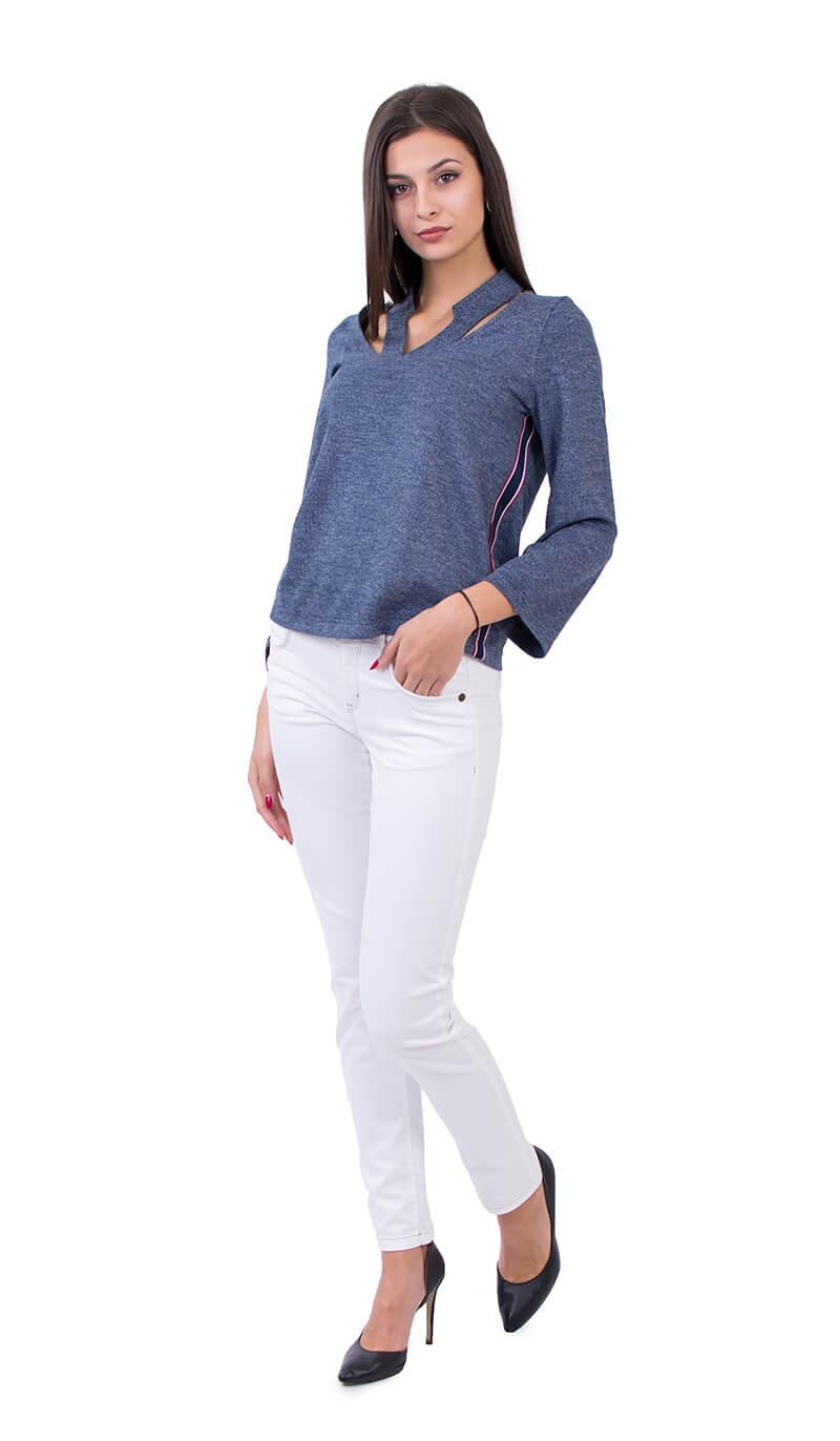 Наситено синя блуза и бял панталон